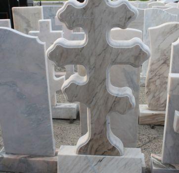 Памятники на кладбище_26