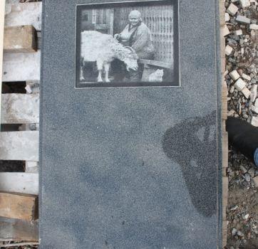 Черно-белая гравировка на памятниках_8
