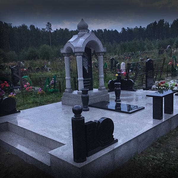 Памятник из цветного гранита Иланский памятники на могилу фото и цены в волжском